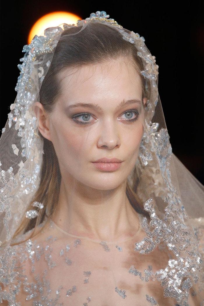 """""""Primer zaručí, že make-up vydrží déle,"""" radí Amy Conway. Přehlídka Elie Saab SS19, Paris Fashion Week, leden 2019"""