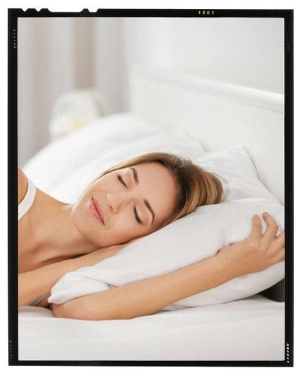 Chytrý polštář Tesla Smart Pillow zajistí vyhřívání krku pomocí infra záření, monitoring spánku a možnost přehrání hudby k příjemnému usínání. Prostřednictvím aplikace v mobilním telefonu si můžete zobrazit zprávu o analýze spánku a najít doporučení pro zlepšení jeho kvality. Tesla Smart, brzy v prodeji, více na www.teslasmart.com