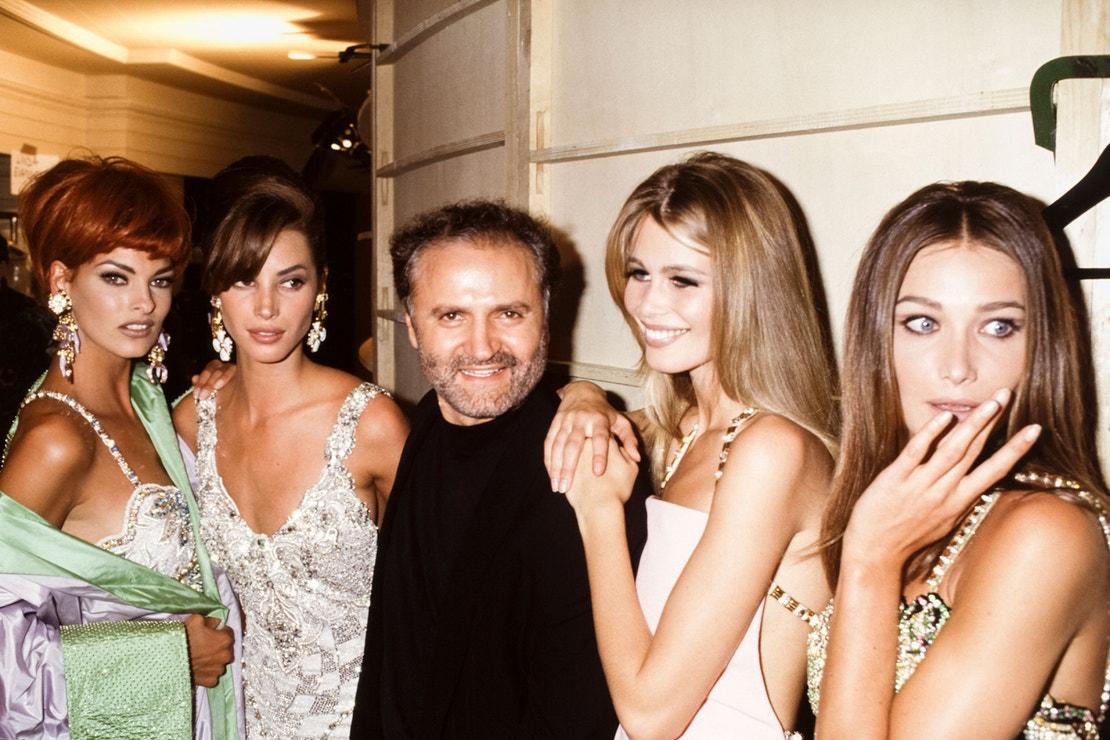 Gianni Versace a Linda Evangelista, Christy Turlington, Claudia Schiffer a Carla Bruni v Paříži, haute couture kolekce Versace AW 91/92