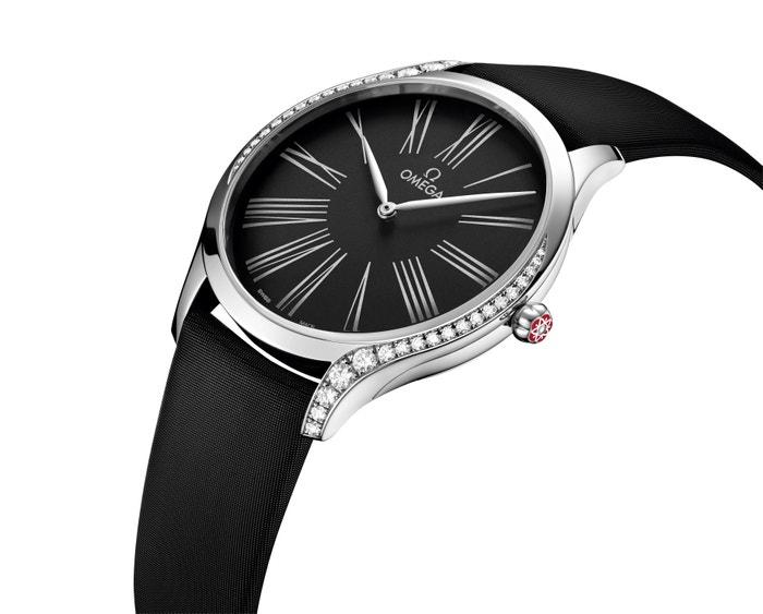 Rok 2018. Model De Ville Trésor moderně interpretuje klasický design hodinek. Kouzlo umocňuje kombinace saténového pásku s diamanty. 118 300 Kč (prodává Dušák).