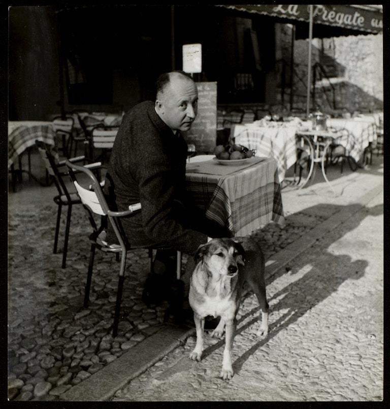 Návrhář se svým psem Bobbym na obědě v Aix en Provence v říjnu 1957