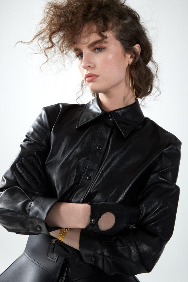 Šaty, Zara; pásek, Loewe; náušnice, Saint Laurent; vintage rukavice