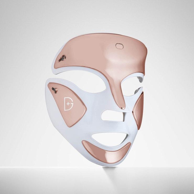Lights on. Years off! Novou masku od uznávaného dermatologa Denisse Grosse doporučuji všemi deseti. Nejen, že skvěle vypadá, ale během pouhých tří minut  pomocí 162 LED diod vyhladí jemné vrásky a zneškodní všechny bakterie způsobující akné. Na výběr máte hned ze tří druhů ošetření: terapie s modrým světlem, červeným světlem nebo kombinaci obou. Já pochopitelně doporučuji vsadit na kombinaci červeného a modrého světla. Úbytek vrásek čekejte po dvou týdnech používání. S akné si poradí v řádu několika dnů. DRx SpectraLite™ FaceWare Pro, Dennis Gross, 380 €
