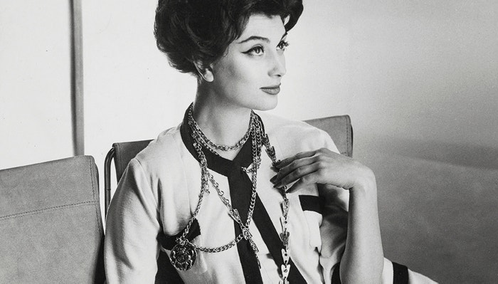 Marie-Hélène Arnaud v kostýmku Chanel pro americkou Vogue, březen 1958