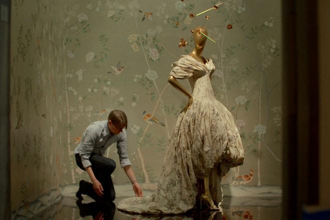 První květnové pondělí (The FirstMondayinMay, film z roku 2016), Andrew Bolton připravuje přehlídku v Metropolitním muzeu umění v New Yorku