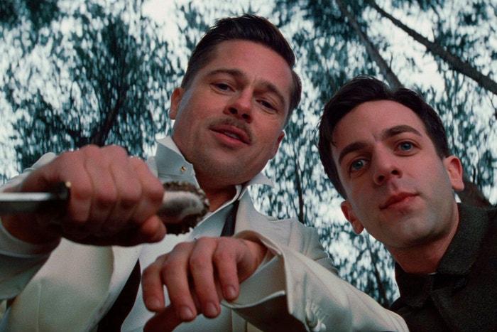 Brad Pitt a B. J. Novak ve filmu Hanebný Pancharti