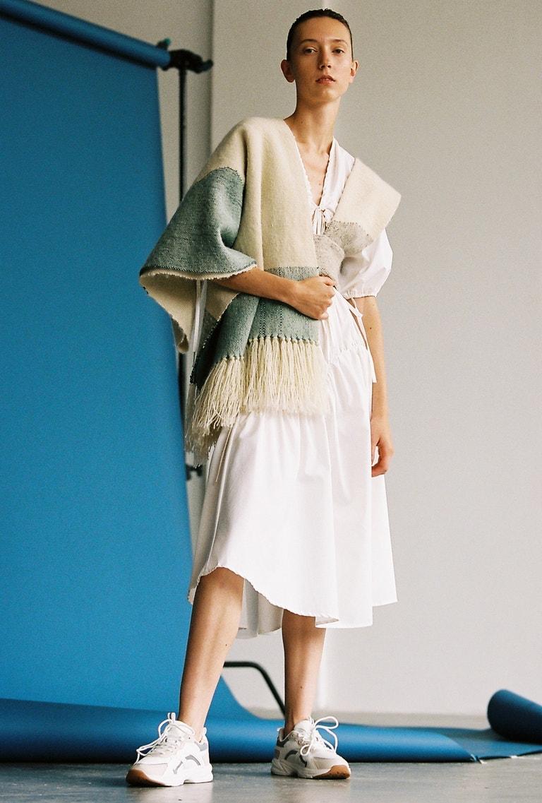 Antonie má na sobě šaty Johana Skálová, tenisky Sprandi, prodává CCC, 999 Kč