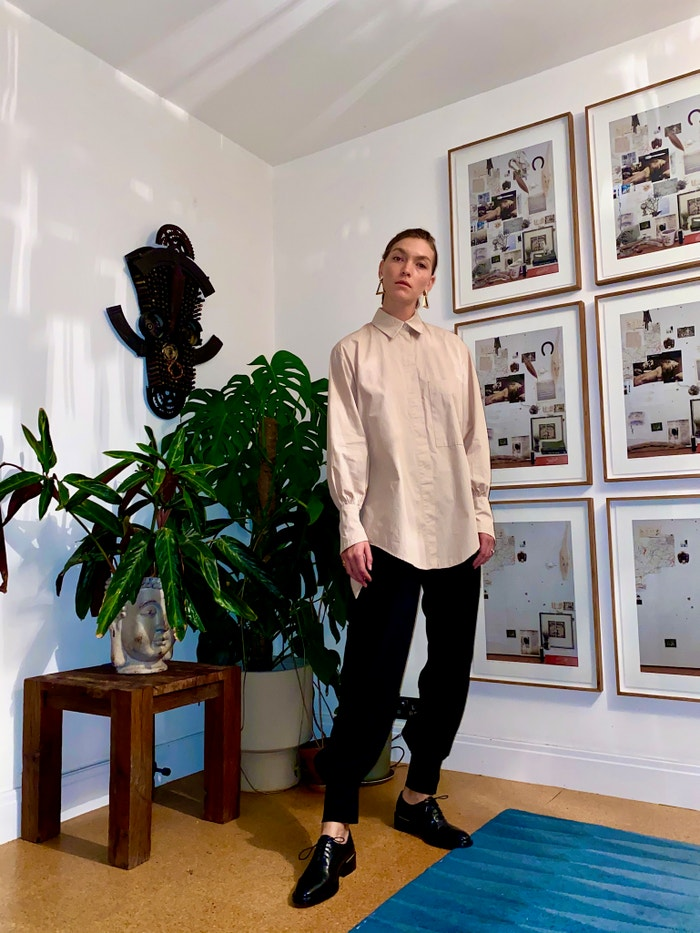 Arizona v košili od Mykee Hofmann a kalhotách značky Mother of Pearl (obojí prodává Zalando)