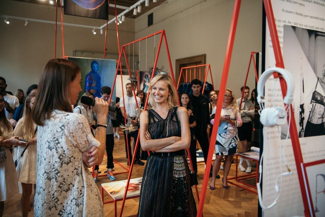 První komentovanou prohlídkou výstavy prováděly Eva Herzigová a Andrea Běhounková.
