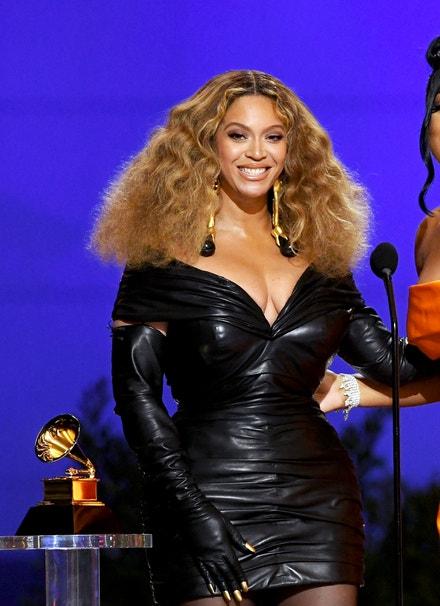 Beyoncé v šatech Schiaparelli, Grammy Awards 2021