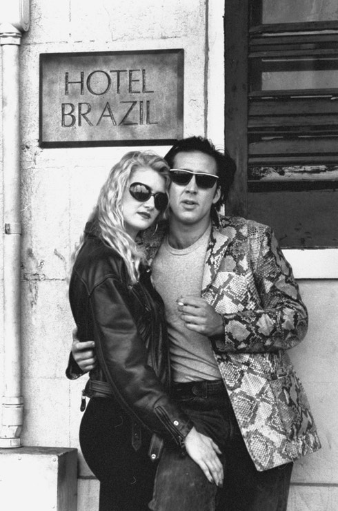 Nicolas Cage s Laurou Dern před hotelem Brazil během natáčení filmu Zběsilost v srdci