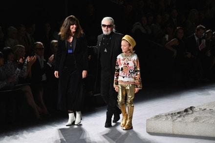 Virginie Viard, Karl Lagerfeld a jeho kmotřenec Hudson Kroenig na přehlídce Chanel Metiers D'Art 2018/19 v Metropolitním muzeu v New Yorku, prosinec 2018