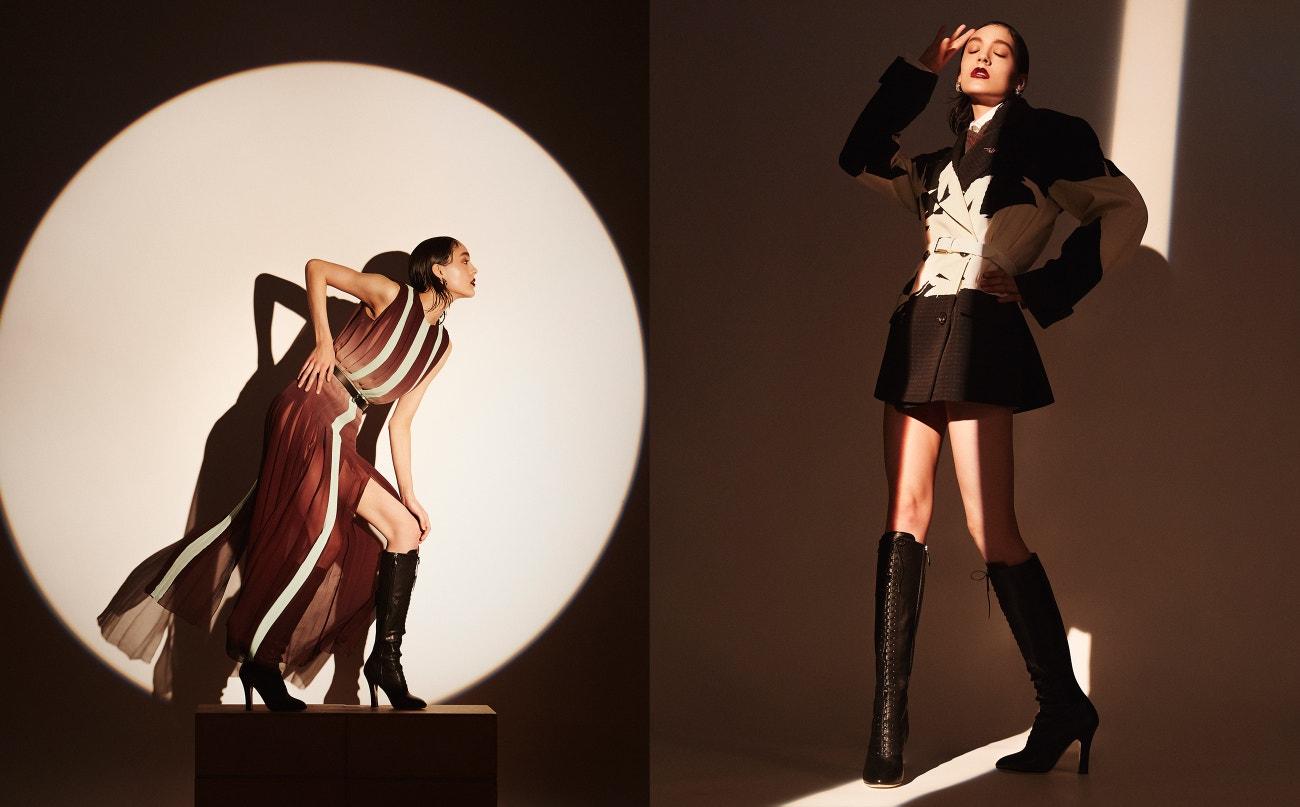 Vlevo: šaty, Longchamp; boty, Miu Miu; pásek, Isabel Marant; náušnice, Erickson Beamon.  Vpravo: košile, svetr, sako, vše Maison Margiela; boty, Miu Miu; náušnice, Erickson Beamon.