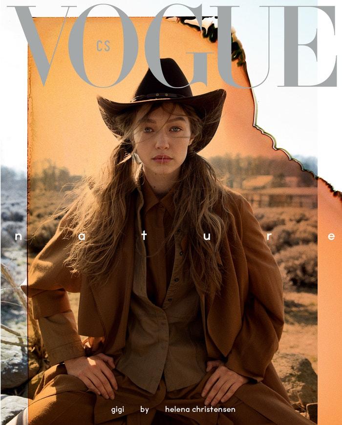 Gigi Hadid, coverstar květnového vydání Vogue Czechoslovakia, jako moderní cowgirl objektivem Heleny Christensen. Na sobě má košili Kara by Ivana Mentlová, klobouk Tonak, košili, kabát a kalhoty Agnona.