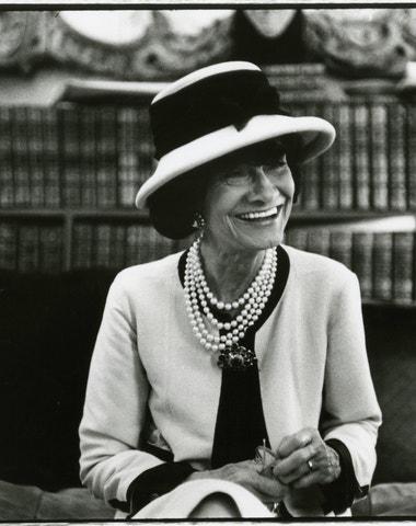 Drsná slečna Chanel v číslech