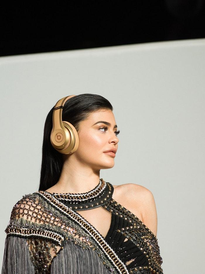 Když v roce 2017 navrhl Olivier Rousteing kolekci sluchátek Balmain x Beats by Dr. Dre, vybral si jako tvář kampaně Kylie Jenner          Autor: Profimedia.cz