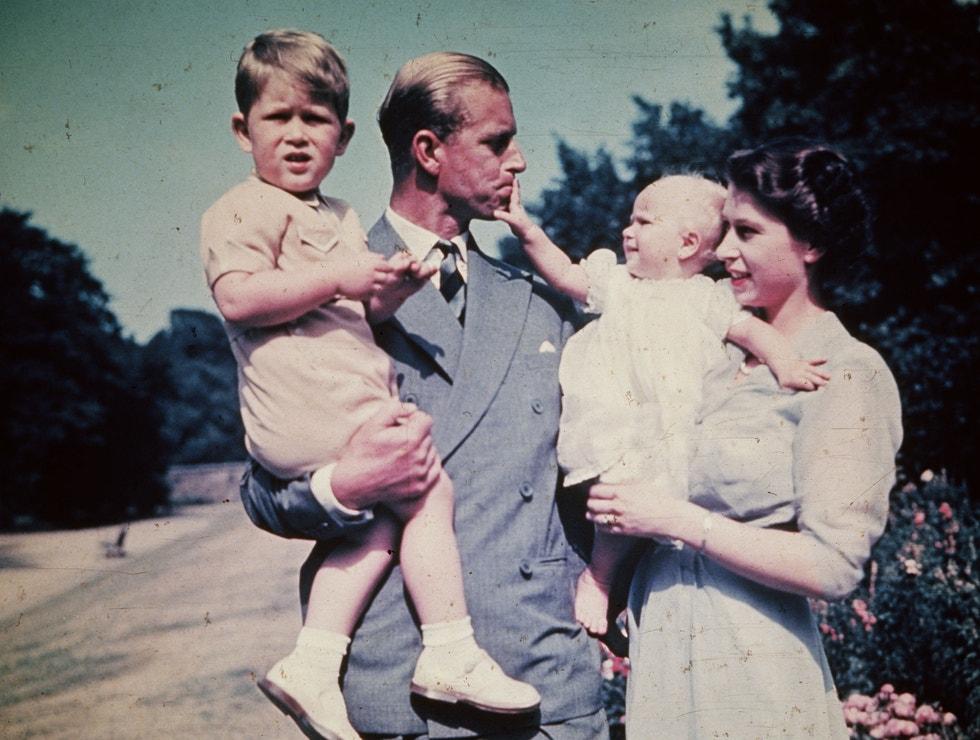 Princ Philip, královna Alžběta a jejich děti princ Charles a princezna Anna v roce 1951