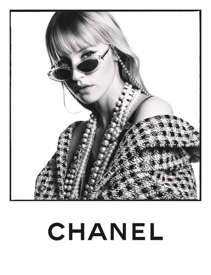 Angèle jako tvář kampaně Chanel Eyewear jaro–léto 2020        Autor: Karim Sadli
