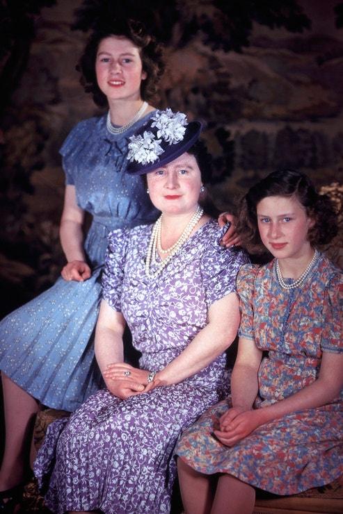 Princezna Alžběta s královnou matkou a sestrou Margaret, 1944