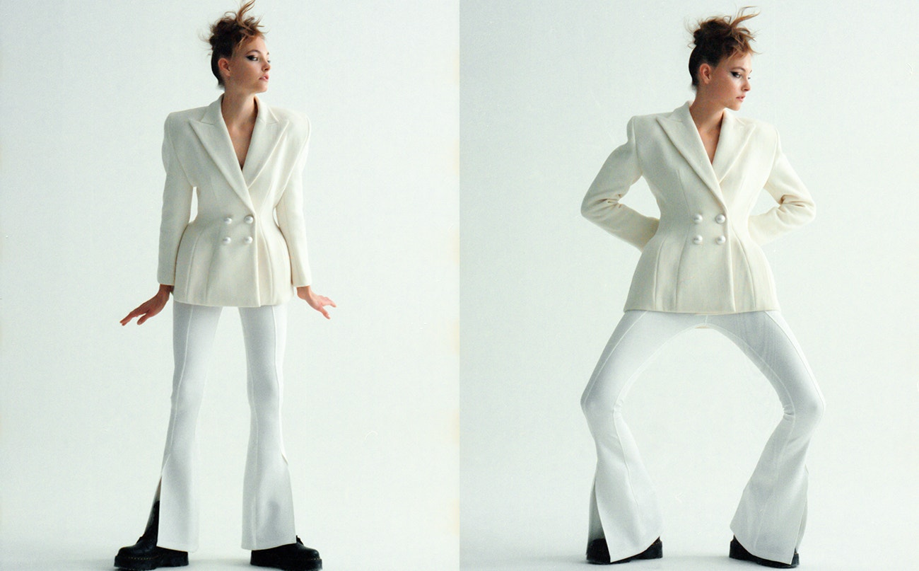 Sako a kalhoty, obojí Vanda Janda; boty Jadon Platform, Dr. Martens, prodává Vemzu.