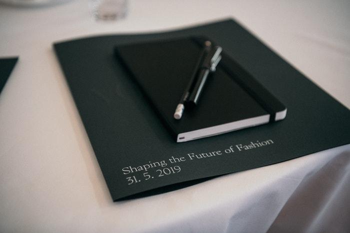 K povinné výbavě pro každého hosta kromě  Vogue Bag patřil díky Bibelot také zápisník Moleskine a pero Lamy. Autor: Lukáš Neasi