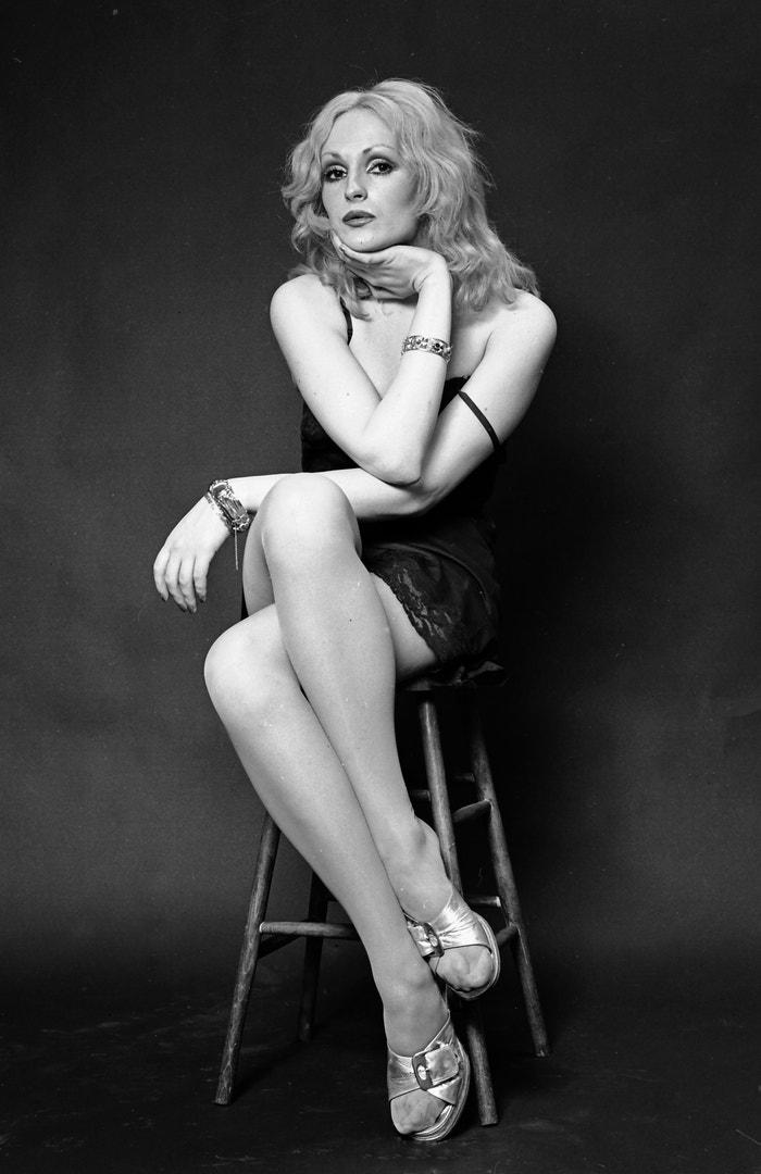 """Candy Darling  Transsexuální ikona zrozená, aby se stala múzou. A svou pozorností neoblažovala samozřejmě pouze Warhola, ale také Velvet Underground. V 60. letech zářila jasným plamenem a objevila se ve snímcích Flesh a Women in Revolt z Warholovy Factory. Zemřela v pouhých 29 letech na lymfom. """"Bohužel jsem před svou smrtí necítila žádnou touhu po životě,"""" prohlásila na konci své krátké existence. """"Všechno mě tak strašně nudí. Dalo by se říct, že jsem k smrti znuděná."""" Autor: Getty Images"""