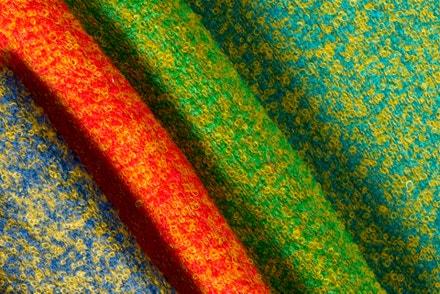 Tkanina Aviemore ze směsi mohéru s nylonem buklé, vyráběná v mnoha barevných variantách, 1957