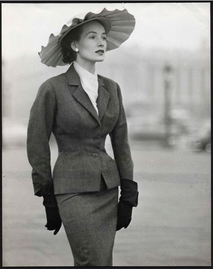 Kostýmek Bobby, tudíž předurčený k úspěchu, z haute couture kolekce pro jaro a léto 1953