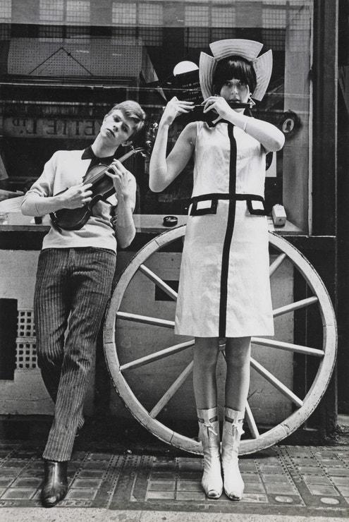 David Bowie pózuje na Carnaby Street v létě 1963 pro časopis Boyfriend.