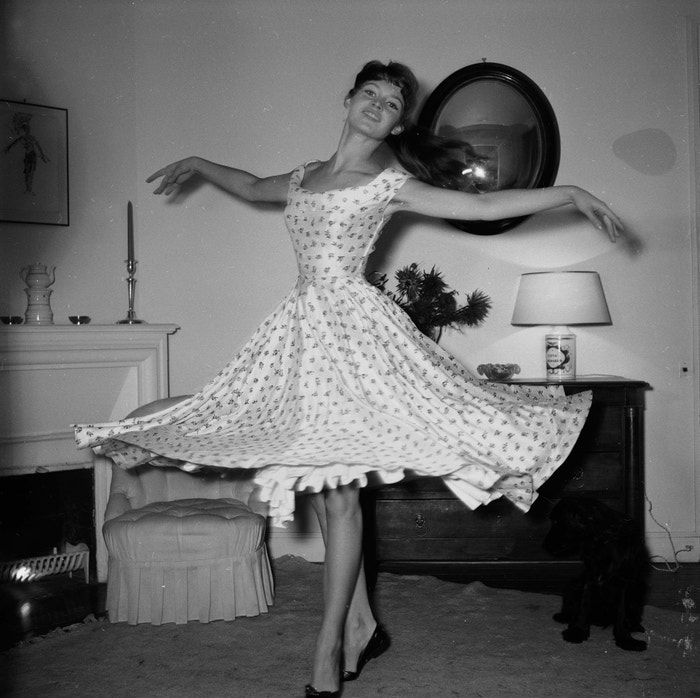 Šaty se spodničkou a flat shoes. Pro vystudovanou tanečnici Brigitte Bardot tolik typické. Foceno v rozmezí 1954-1955. Autor: Getty Images