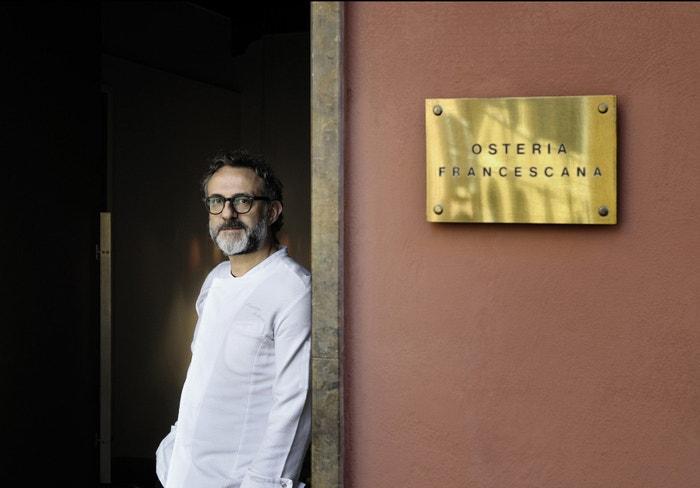 Šefkuchař Massimo Bottura před restaurací Osteria Francescana v Modeně