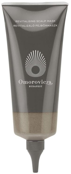 Pro dosažení silných a lesklých vlasů je zdravá pokožka hlavy zásadní. A právě proto přichází maďarská značka Omorovicza s revitalizační maskou obsahující slatinné bahno s detoxikačním účinkem. Kombinace chladivého mentolu a kafru uleví podrážděné pokožce a zanechá ji dokonale vyváženou. Revitalising Scalp Mask, Omorovicza, prodává Ingredients, 1 700 Kč