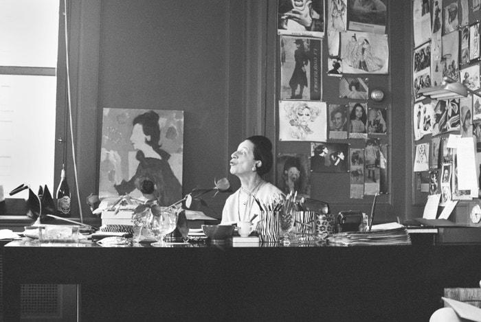 Diana Vreeland za svým stolem v kancelářích americké Vogue