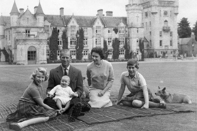 Princ Philip a královna Alžběta s dětmi v roce 1960