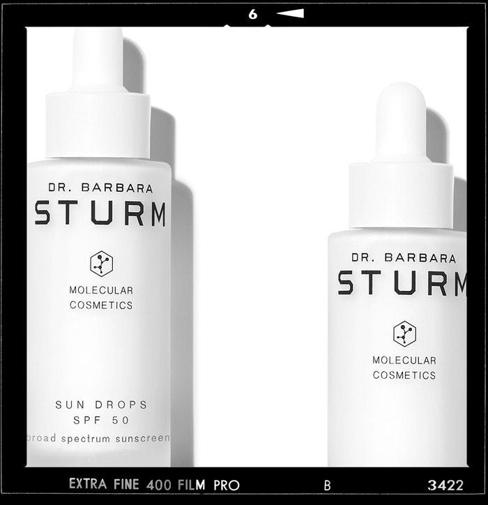 Ochranné sérum Sun Drops SPF 50, DR. BARBARA STURM, prodává Fann, 3640 Kč Autor: Archiv značky