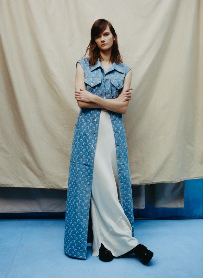 Danielu v šatech Nili Lotan, vestě Marine Serre a botách R13 vyfotil Tyler Mitchell pro americkou Vogue. O styling se postarala Camilla Nickerson.