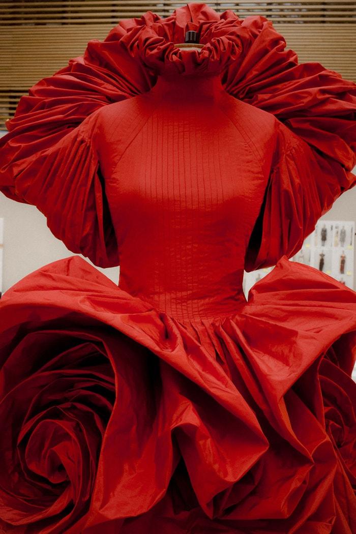 Rose Dress nabývají tvar na figuríně v ateliéru McQueen.