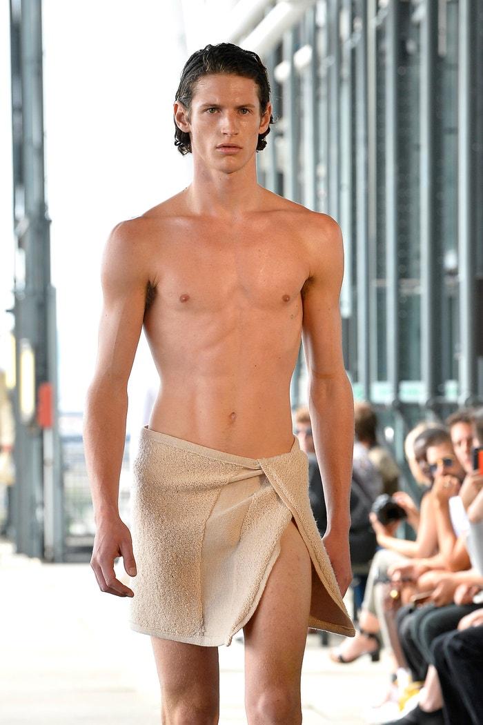 Ručník kolem pasu jako look na přehlídce jarní kolekce designéra Ludovica de Saint Sernina zbořil Instagram. Zbořil by ho, kdyby se v něm model ošíval, jako by měl pohled na jeho odhalené tělo ostatním poškodit zrak?