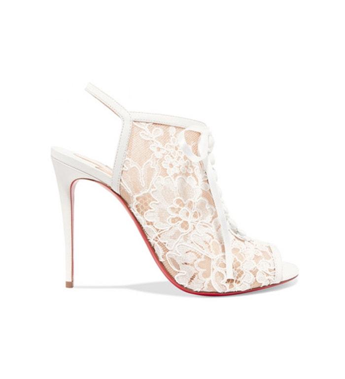 Šněrovací boty na vysokém podpatku zdobené bílou krajkou, Christian Loubotin, prodává Net-A-Porter, 995 €