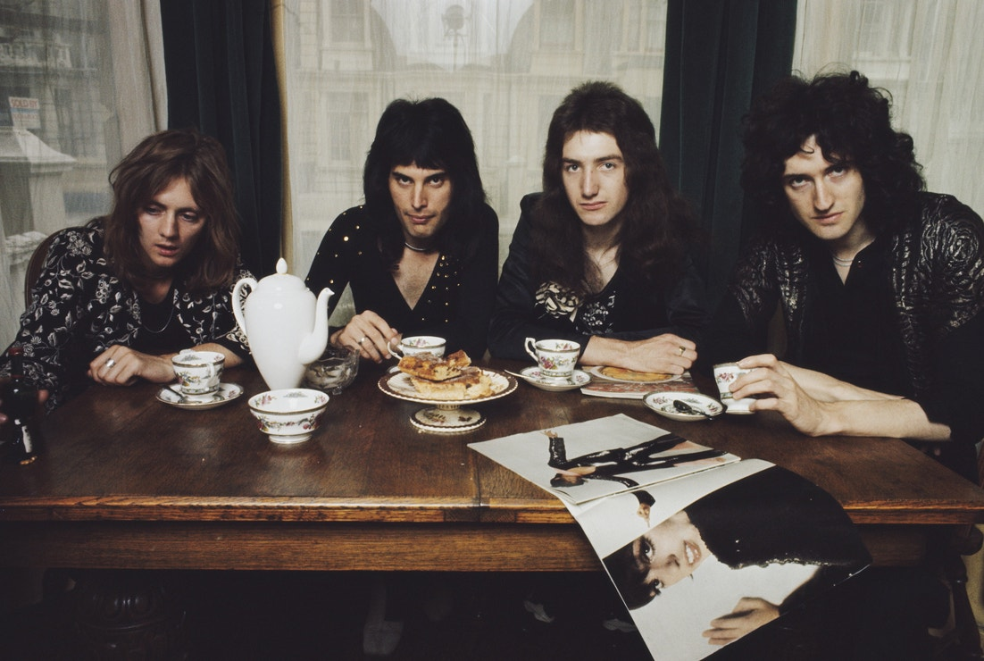 Skupina Queen v bytě Freddieho Mercuryho na Holland Road ve West Kensington, 1974 (zleva: Roger Taylor, Freddie Mercury, John Deacon, Brian May)