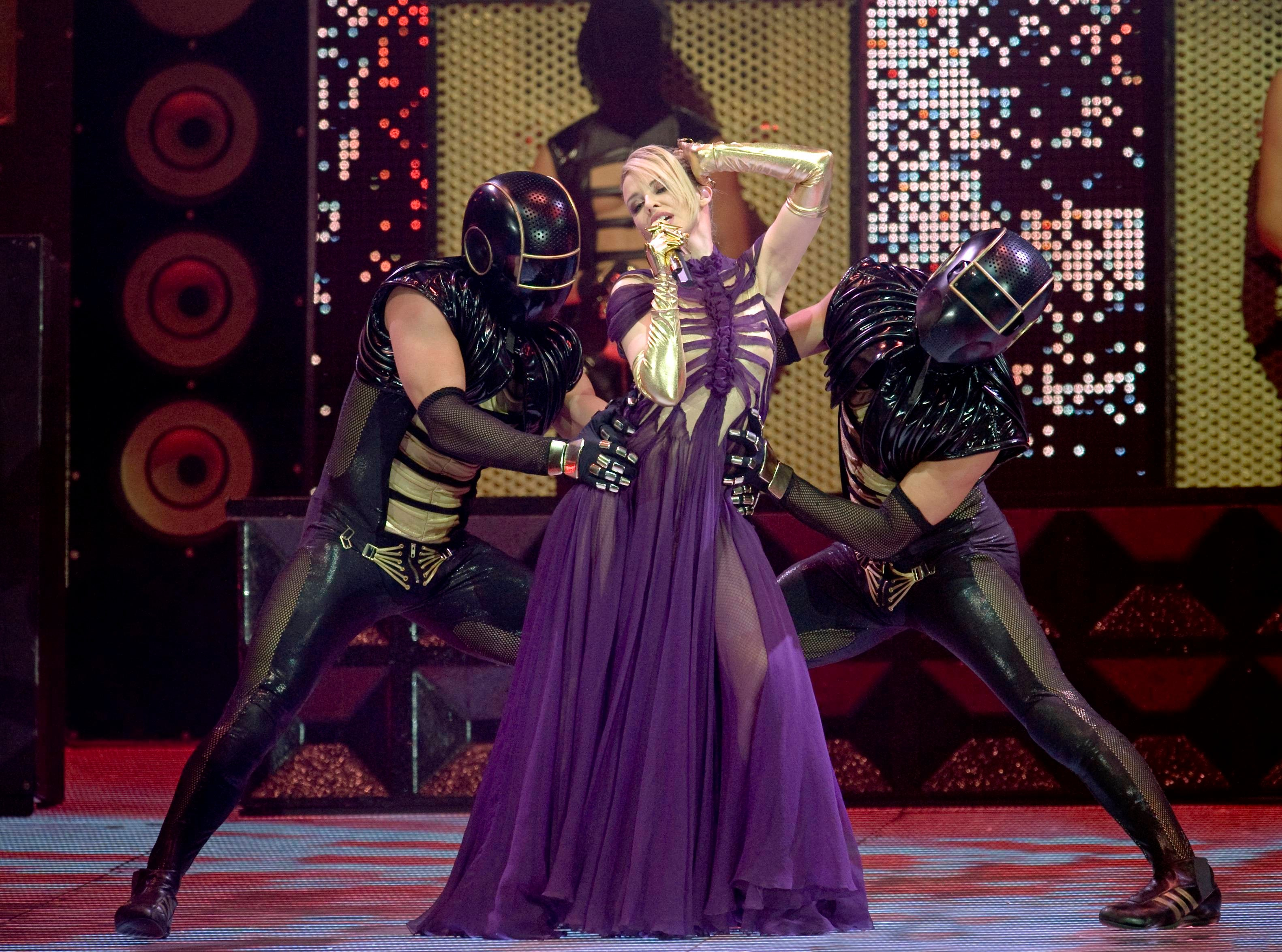 Na kostýmech pro turné KylieX2008 se mimo jiných návrhářů podílel i Jean Paul Gaultier. Rok 2008. Autor: Getty Images