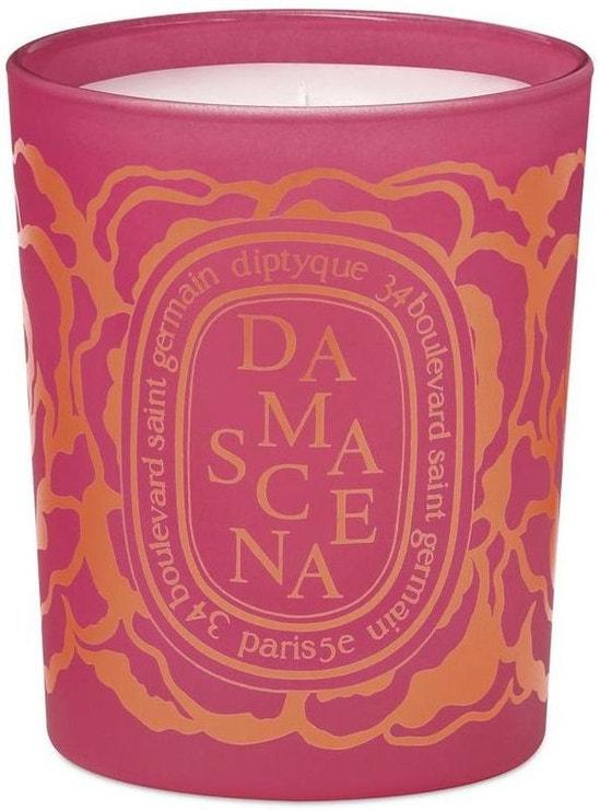 Limitovaná sběratelská edice vzdává hold damašské růži, která se vyznačuje smyslnou vůní a dodnes se pěstuje zejména v Bulharsku a Turecku. Svíčka Damascena, Diptyque, prodává Ingredients, 1 600 Kč
