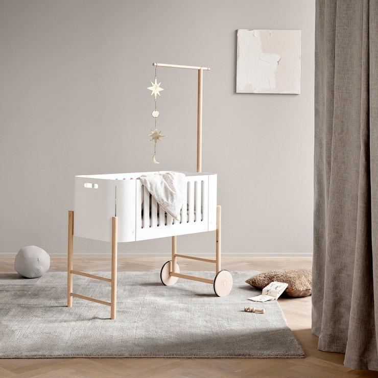 Designová postýlka z masivního dřeva pro první měsíce společného života. V noci spí miminko hned vedle vaší postele, během dne je jednoduše mobilní. Funkční i chic, Viabel, prodává Viabel, 18 874 Kč  #voguepromotion