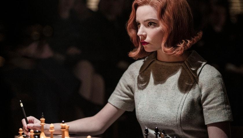 Nejúžasnější outfity ze seriálu The Queen's Gambit
