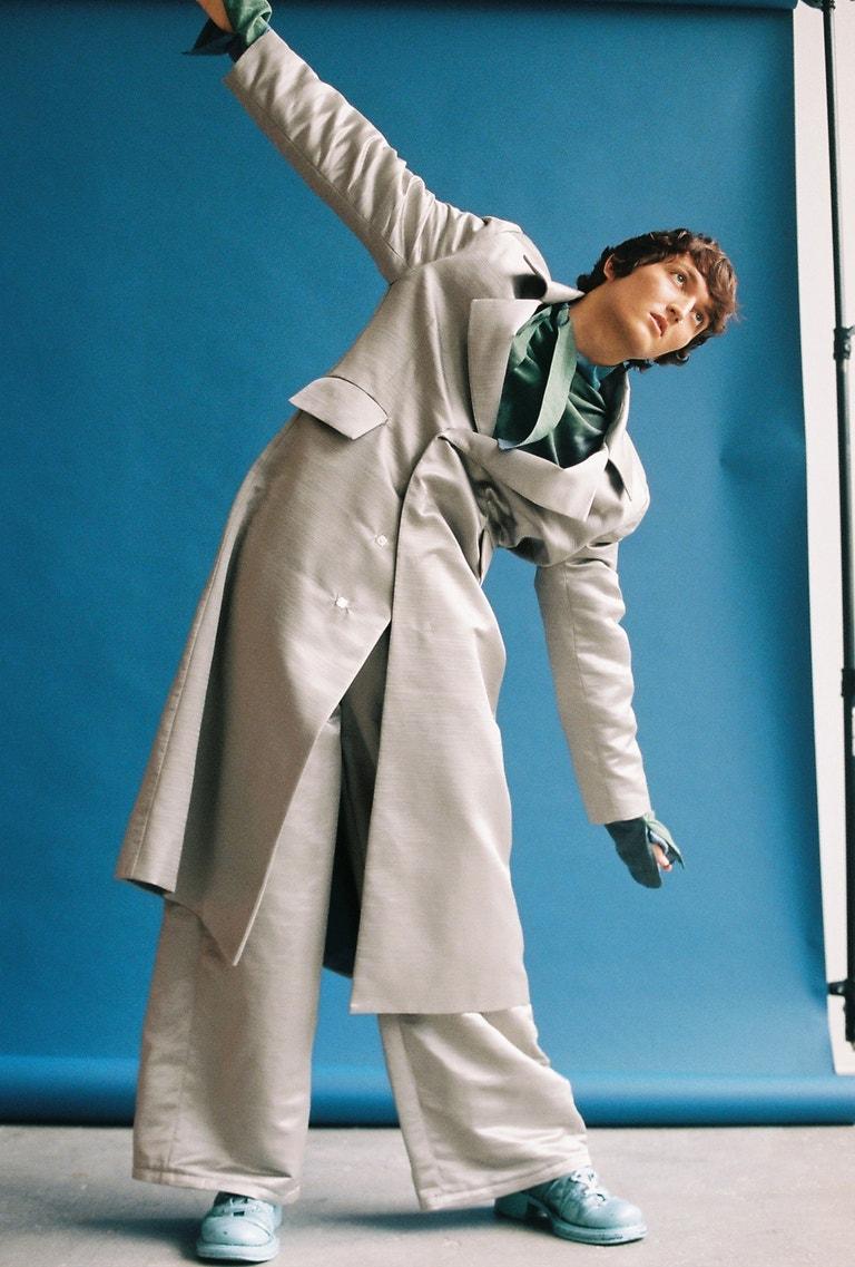 Adam má na sobě kabát, kalhoty, boty, vše Zdenek Marek.