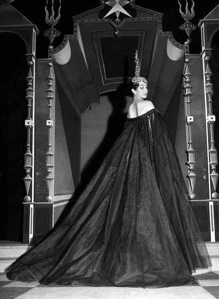 Herečka Andrea Parisy v šatech Jean Patou, červen 1954