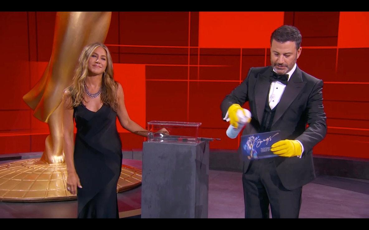 Jennifer Aniston a Jimmy Kimmel na jevišti ve Staples Center v Los Angeles