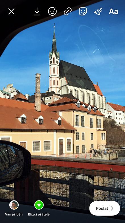 Kostel sv. Víta focený z mostu vedoucího od třetího k čtvrtému pohledu kolemjdoucích, v němž se pobavení mísilo s opovržením.