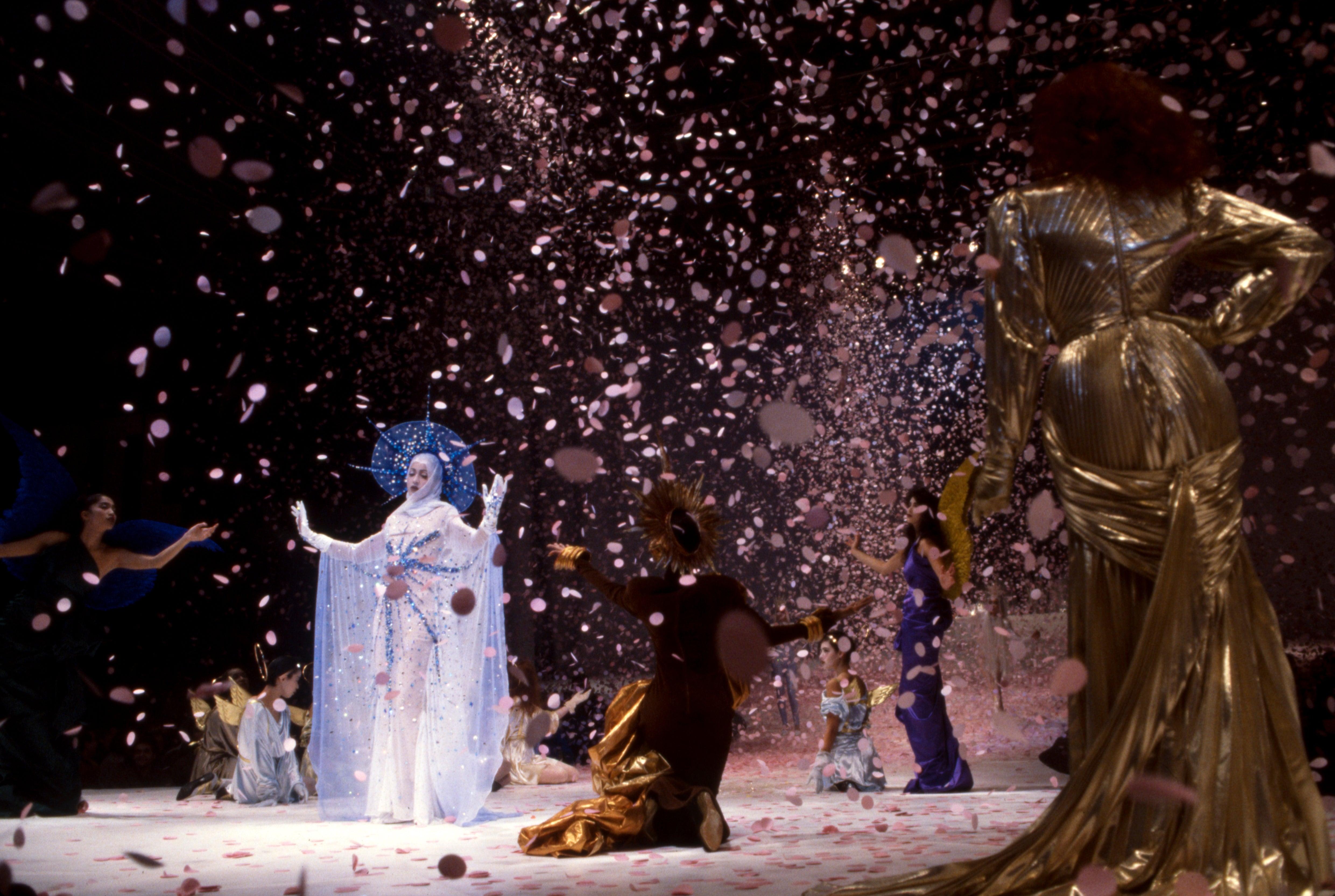 Thierry Mugler, AW84: Blyštivá Madonna sestupující z nebe, kterou hrála těhotná modelka Pat Cleveland, byla vyvrcholením opulentní show. Autor: Getty Images
