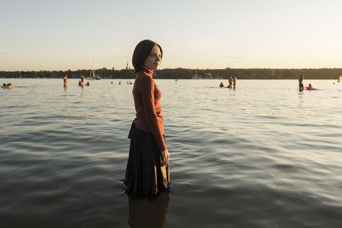 Shira Haas v seriálu Neortodoxní